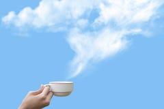 Tazza di caffè su cielo blu Fotografia Stock Libera da Diritti