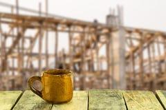 Tazza di caffè su di legno con il fondo del cantiere Immagine Stock Libera da Diritti