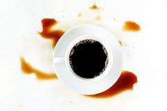 Tazza di caffè su fondo bianco con le macchie Prima colazione Fotografie Stock