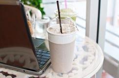 Tazza di caffè su legno con il computer portatile. Fotografia Stock Libera da Diritti
