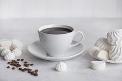 Tazza di caffè su priorità bassa bianca Fotografie Stock Libere da Diritti