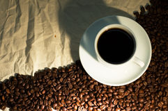 Tazza di caffè su tela di sacco sgualcita Fotografie Stock Libere da Diritti