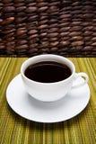 Tazza di caffè su tessuto e sul vimine Fotografie Stock