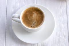 Tazza di caffè su un bordo anziano di legno Fotografia Stock