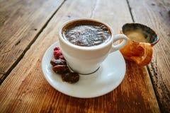 Tazza di caffè su un fondo di legno fotografie stock