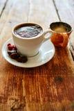 Tazza di caffè su un fondo di legno immagini stock