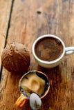 Tazza di caffè su un fondo di legno immagine stock libera da diritti