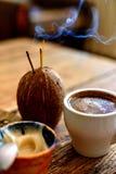 Tazza di caffè su un fondo di legno fotografia stock