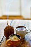 Tazza di caffè su un fondo di legno immagine stock