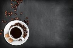 Tazza di caffè su un fondo nero Fotografia Stock Libera da Diritti