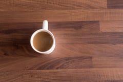 Tazza di caffè su un piano di lavoro di legno scuro Fotografie Stock