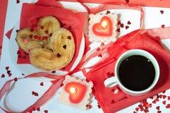 Tazza di caffè su una priorità bassa rossa Immagini Stock
