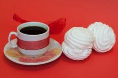 Tazza di caffè su una priorità bassa rossa Fotografia Stock