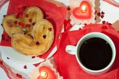 Tazza di caffè su una priorità bassa rossa Fotografia Stock Libera da Diritti