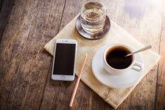 Tazza di caffè su una tabella di legno Fotografie Stock