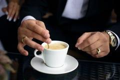 Tazza di caffè su una tabella nera Immagine Stock