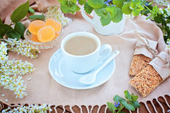 Tazza di caffè su una tavola Fotografia Stock Libera da Diritti