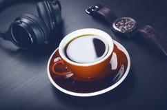 tazza di caffè su una tavola scura Concetto dell'affare Computer portatile, caffè, orologio immagine stock libera da diritti