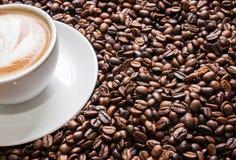 Tazza di caffè sui chicchi di caffè Immagini Stock