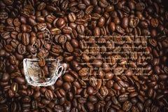 Tazza di caffè sui chicchi di caffè Progettato come fondo per i buoni, il menu, carda ecc con il posto per il vostro testo Fotografia Stock