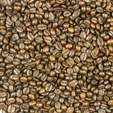 Tazza di caffè sui fagioli Fotografia Stock Libera da Diritti