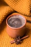Tazza di caffè sui precedenti tricottati fotografia stock libera da diritti