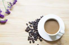Tazza di caffè sul fondo di legno della tavola Fotografia Stock Libera da Diritti