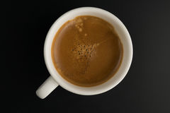 Tazza di caffè sul fondo nero di legno della tavola Fotografia Stock Libera da Diritti
