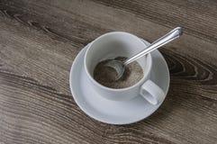 Tazza di caffè sul pavimento di legno. Immagine Stock