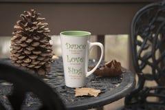 Tazza di caffè sul tavolino da salotto immagini stock libere da diritti
