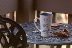 Tazza di caffè sul tavolino da salotto immagini stock