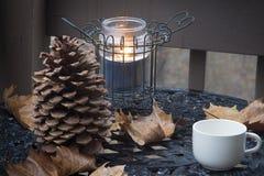 Tazza di caffè sul tavolino da salotto fotografie stock libere da diritti
