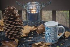 Tazza di caffè sul tavolino da salotto fotografia stock