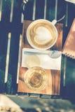 Tazza di caffè sul vassoio di legno Fotografia Stock