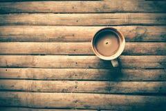 Tazza di caffè sul vecchio piano d'appoggio di bambù con il tono d'annata elaborato Fotografia Stock