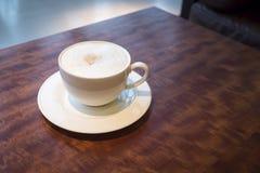 Tazza di caffè sull'interno del caffè della tavola Fotografie Stock