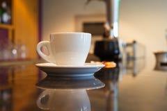 Tazza di caffè sulla barra Fotografia Stock