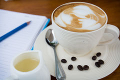 Tazza di caffè sulla tabella di legno Immagini Stock
