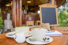 Tazza di caffè sulla tabella di legno Fotografia Stock