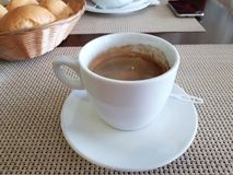 Tazza di caffè sulla tabella fotografia stock