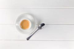 Tazza di caffè sulla tavola bianca Immagini Stock