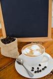 Tazza di caffè sulla tavola di legno in caffetteria Immagine Stock