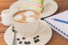 Tazza di caffè sulla tavola di legno in caffetteria Fotografia Stock Libera da Diritti