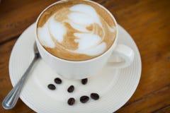 Tazza di caffè sulla tavola di legno in caffetteria Fotografia Stock