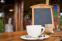 Tazza di caffè sulla tavola di legno in caffetteria - stile d'annata di effetto Fotografie Stock