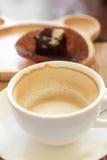 Tazza di caffè sulla tavola di legno con l'atmosfera dei confettieri fotografia stock libera da diritti