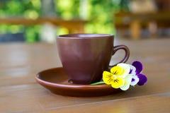 Tazza di caffè sulla tavola di legno su fondo verde Fotografie Stock Libere da Diritti