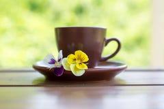 Tazza di caffè sulla tavola di legno su fondo verde Fotografia Stock Libera da Diritti