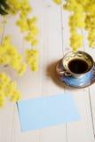 Tazza di caffè sulla tavola e sulla mimosa di legno Immagini Stock Libere da Diritti