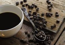 Tazza di caffè sulla tavola di legno immagine stock